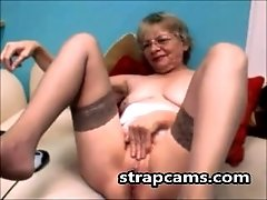 Amateur sexy horny granny fingers pussy