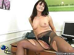 British milf Lelani fucks her gorgeous pussy with a dildo